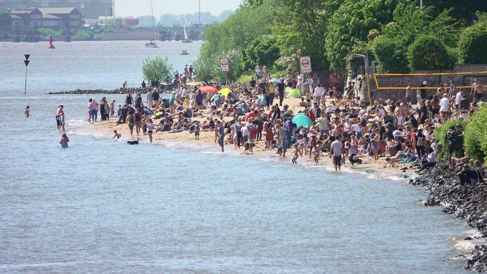 Volle Strände in Hamburg zum Vatertag: Bei gutem Wetter treffen sich Menschen in immer größeren Gruppen