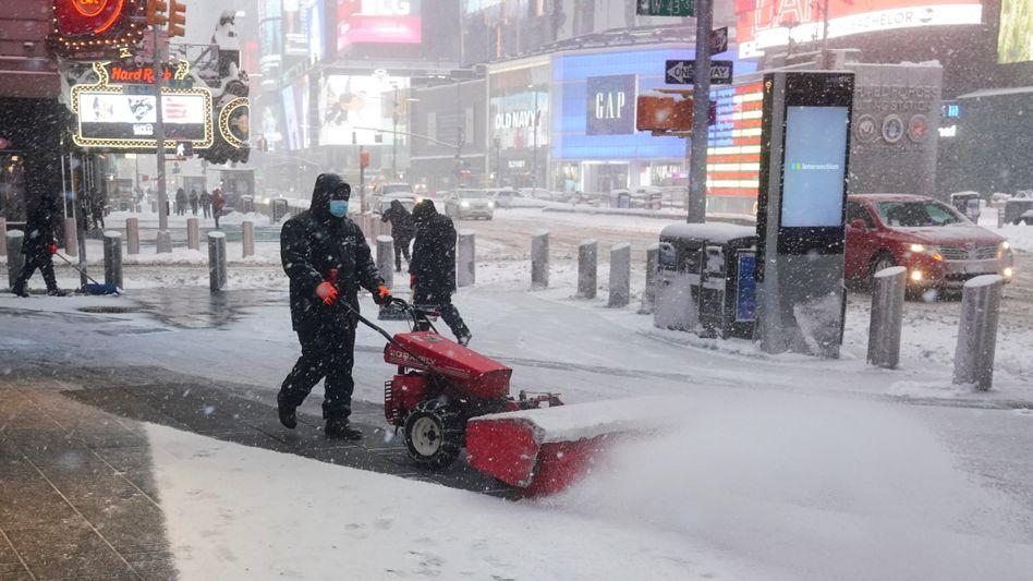 Schneetreiben und Räumungsarbeiten am New Yorker Times Square