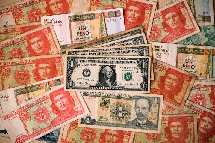Kubanische und amerikanische Banknoten, die auf der Insel zirkulieren: Die Abwertung der Landeswährung wird die Inflation ankurbeln.