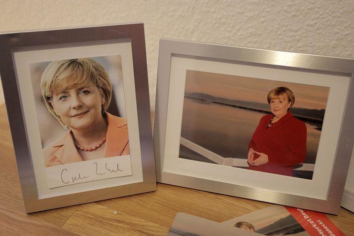 Eine Autogrammkarte der Bundeskanzlerin (l.) steht neben einem Foto von Ursula Wanecki