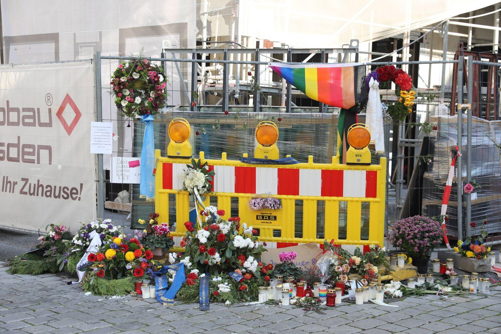 Im Bild: Kränze, Blumen und viele Kerzen sind an der Stelle an der Schloßstraße in Dresden zu finden, an welcher Abdulla