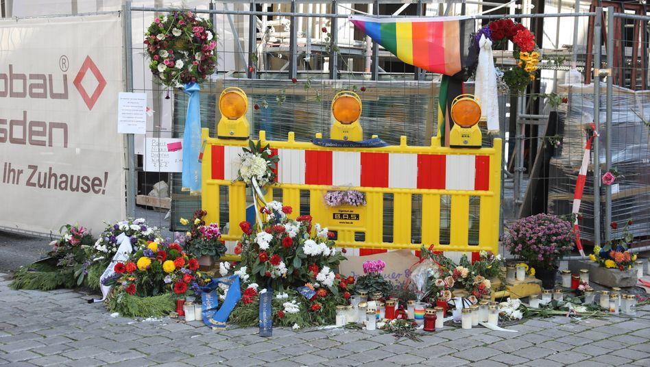 Kränze und Blumen am Tatort des islamistischen Mordanschlags in Dresden