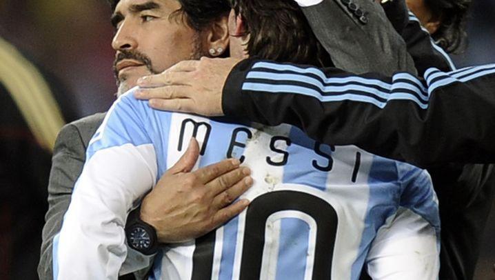 Fotostrecke: Messi weint in Maradonas Armen