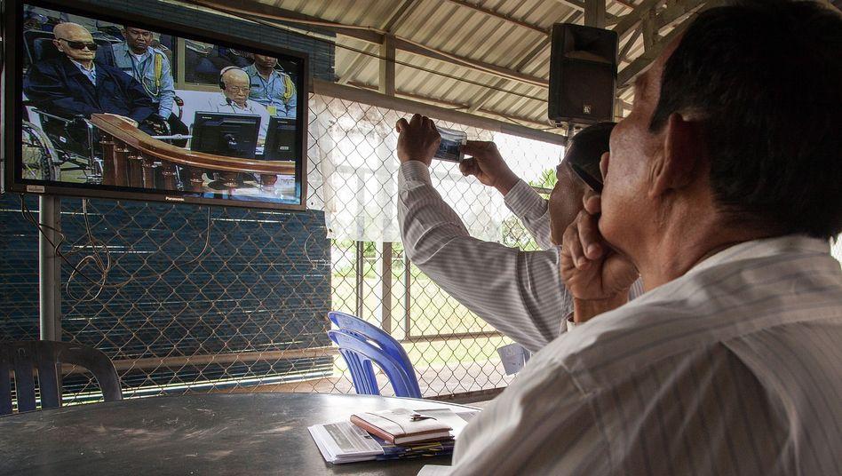 Bürger verfolgen die Urteilsverkündung am Fernseher: Haft für Rote Khmer