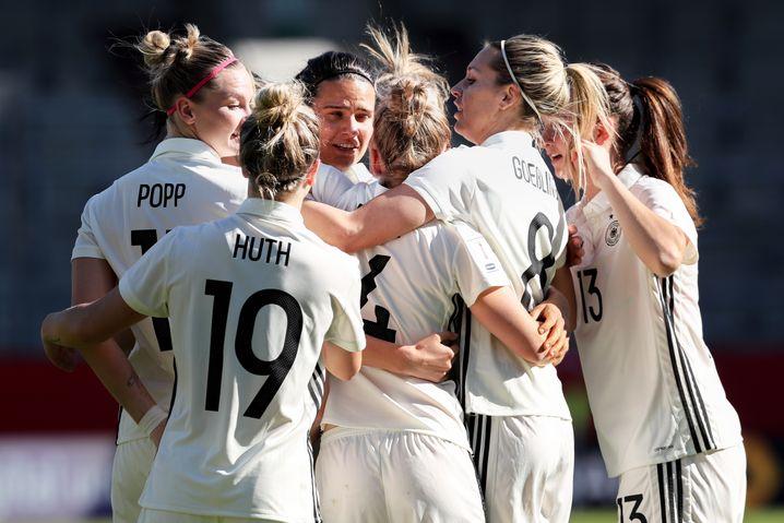 Die deutschen Spielerinnen bejubeln ein Tor