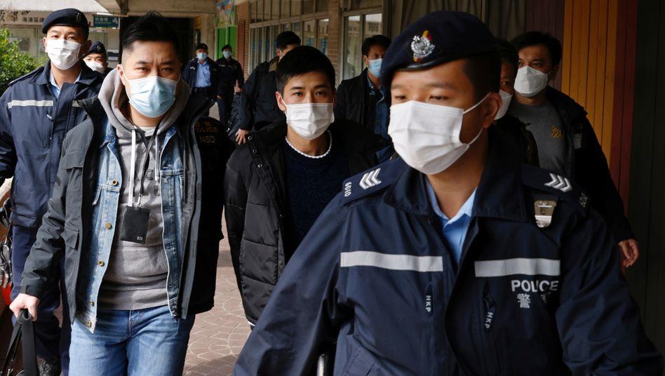Der Aktivist Lester Shum (M.) zählte zu den mehr als 50 festgenommenen Hongkonger Demokratieaktivisten