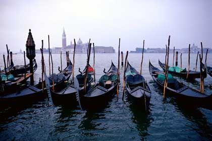 Venzianische Gondeln: Ungerührt von derartigen Vorwürfen wacht Monsignore Pizziol im erzbischöflichen Patriarchat über den Ausflug der Touristen in die blattgoldene Ewigkeit der Markuskirche. 600 Touristen werden pro Stunde in die Kirche eingelassen - unter den strengen Augen von 25 Wächtern. Glaube und Kunstgenuss seien durchaus zu vereinbaren, meint Monsignore Pizziol, der auch für den Glockenturm, das höchste Bauwerk Venedigs, verantwortlich ist. Und Zeuge wurde, als sich ein Selbstmörder vom Campanile in die Tiefe stürzte. Er war der Erste überhaupt, was erstaunt. Vielleicht liegt es weniger an den Sicherheitsnetzen als an dem Panorama? Ob Schönheit den Lebensmut wieder weckt? Den jungen argentinischen Tänzer konnte jedoch selbst nicht der Blick auf das marmorne venezianische Wunder von seinem Vorhaben abbringen. Als er in den Tod sprang, war es zwölf Uhr, und die Glocken läuteten. Er breitete im Flug die Arme aus. Er habe ausgesehen wie ein Engel, sagten die, die ihn gesehen haben.