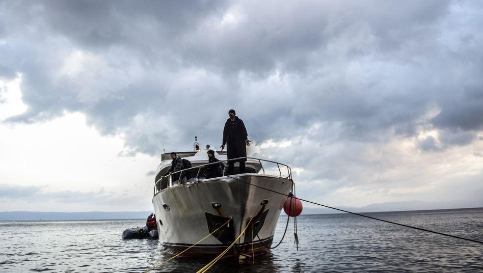 Flüchtlinge auf einem Boot vor Lesbos: Forderungen nach Obergrenze in Deutschland werden lauter