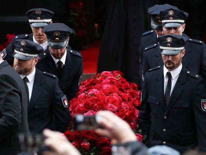 Jan Fedders Sarg wird nach der Trauerfeier im Januar aus dem Hamburger Michel getragen