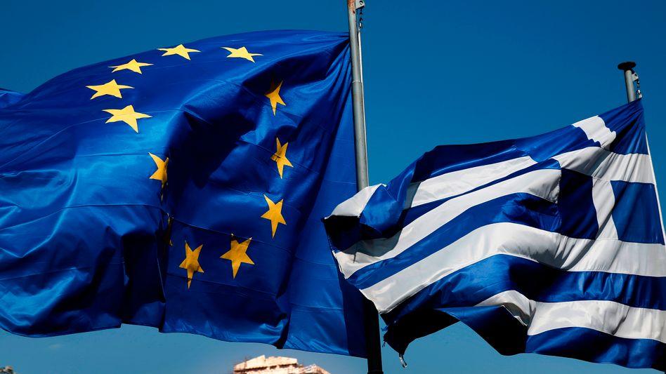 EU-, griechische Flagge in Athen: Griechenlands Problem sind die Staatsschulden