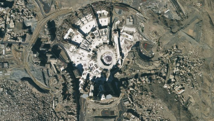 """Die Kaaba im Innenhof der Heiligen Moschee im saudi-arabischen Mekka (25. Januar 2020/10. März 2020): Es ist das """"Haus Gottes"""" und das zentrale Heiligtum des Islams - die Kaaba, ein Gebäude, rund 11 mal 13 Meter groß, inmitten des quaderförmigen Innenhofs der Heiligen Moschee in der saudi-arabischen Metropole Mekka. Sie zu besuchen, gehört zur großen Pilgerfahrt, dem sogenannten Hadsch. Der für die Pilgerreisen zuständige Minister Mohammad Benten hat nun allerdings die Gläubigen in aller Welt aufgerufen, vorerst keine Vorbereitungen für die Wallfahrt zu treffen oder gar Verträge abzuschließen. Der Hadsch ist eine der fünf Säulen des islamischen Glaubens, Millionen Menschen reisen deshalb im Sommer zu den heiligen Stätten nach Mekka und Medina, die nun allerdings abgeriegelt sind. Ob der Hadsch für dieses Jahr vollends ausfallen wird, ist derzeit noch nicht klar. In Saudi-Arabien sind derzeit rund 3200 Menschen an Covid-19 erkrankt, 44 Menschen sind gestorben (Stand 10. April)."""