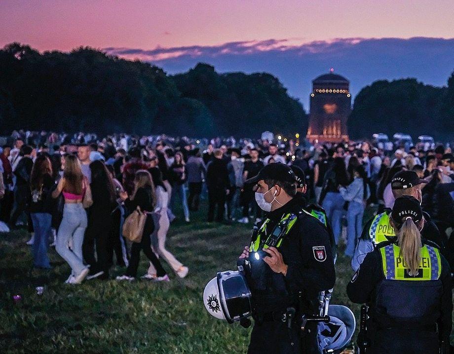 Fêtards et police à Hambourg : les jeunes adultes sont actuellement un problème majeur, le nombre de cas augmentant particulièrement fortement parmi eux.