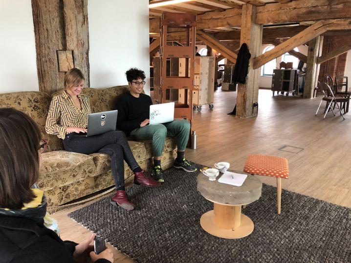 """Adriana Osanu (links) mit Coworkern: """"Berlin ist eine Blase"""""""
