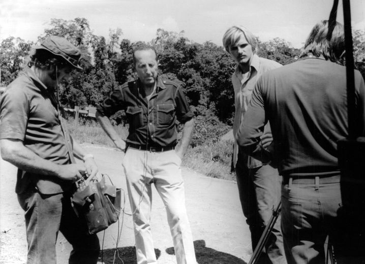 Peter Scholl-Latour (M.), damals ZDF-Korrespondent, in Vietnam, 1973