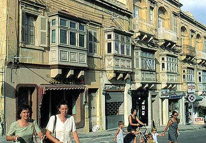 Victoria: Typisch für die Häuser auf Gozo sind die Erker