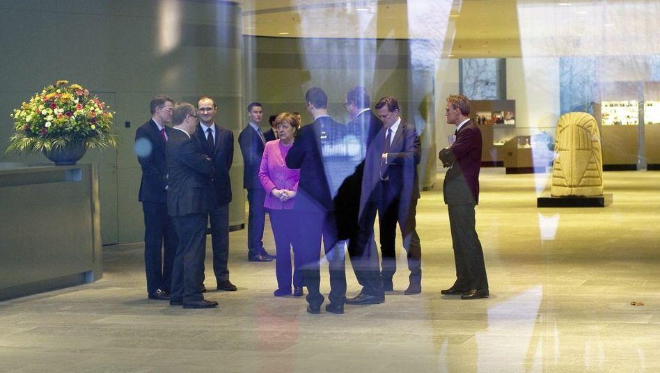 Regierungschefin Merkel mit Mitarbeitern im Kanzleramt