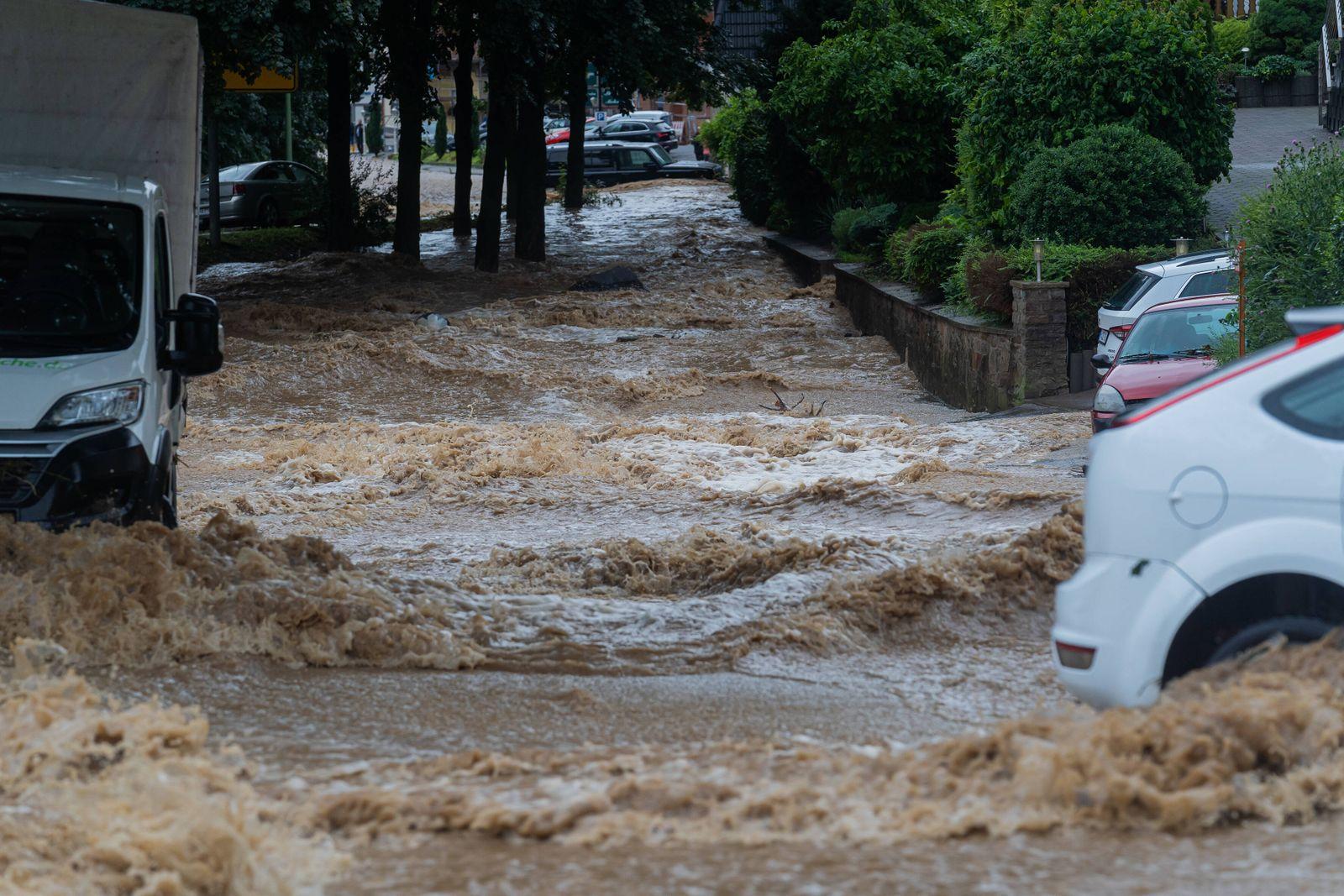 14.07.2021, Hagen, Deutschland, - Sturzfluten fließen eine Straße hinab. *** 14 07 2021, Hagen, Germany, flash floods f