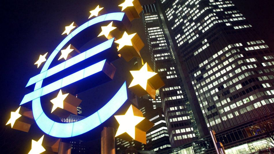 Euro-Skulptur: Verstößt das Rettungspaket gegen die europäischen Verträge?