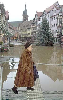 Es führen viele Wege zum Herrn: Am Marktplatz von Wertheim führt ein Hochwassersteg zum Sonntagsgottesdienst