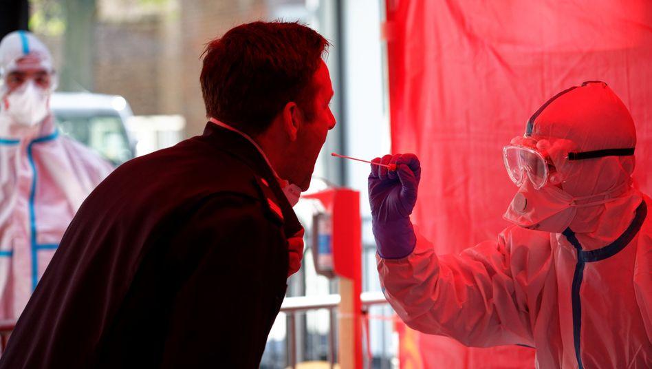 Mitarbeiter der Berufsfeuerwehr Köln im dritten Infektionsschutzzentrum der Stadt beim Test auf das Coronavirus