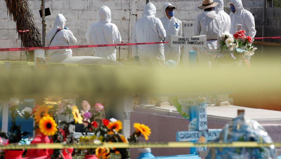 Kriminaltechniker untersuchen einen Tatort in Mexiko (Archivbild)