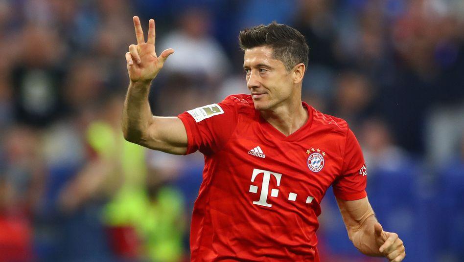 Robert Lewandowski zählt seine Tore, gegen den FC Schalke traf Bayerns Stürmer dreifach