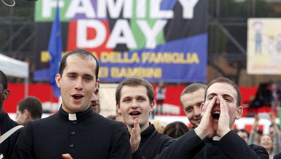 """Priester demonstrieren in Rom: """"Familientag"""" bringt Tausende auf die Straße"""