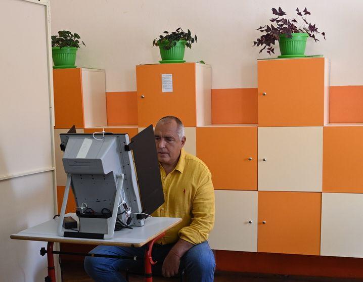 Langzeitpremier Bojko Borissow bei der Stimmabgabe am neuen Wahlcomputer