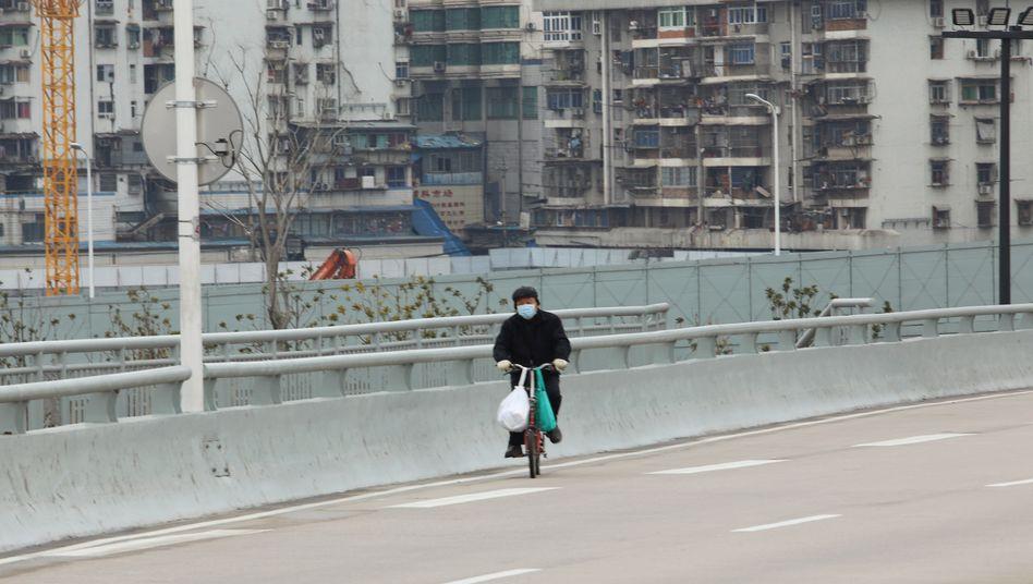 Einsamer Fahrradfahrer in Wuhan