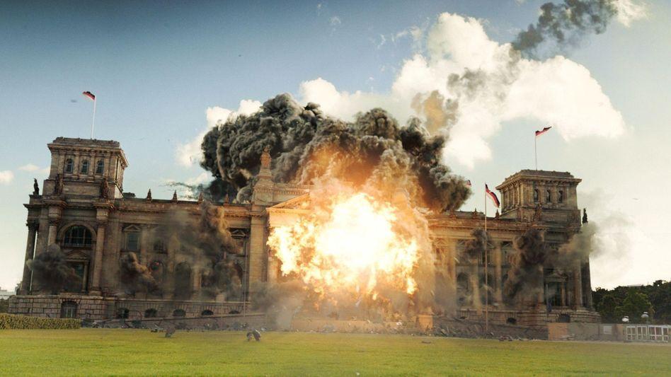 """TV-Inferno: Im Fernsehfilm """"Helden"""" kollidiert ein herabstürzender Satellit zielgenau mit dem Berliner Reichstag"""