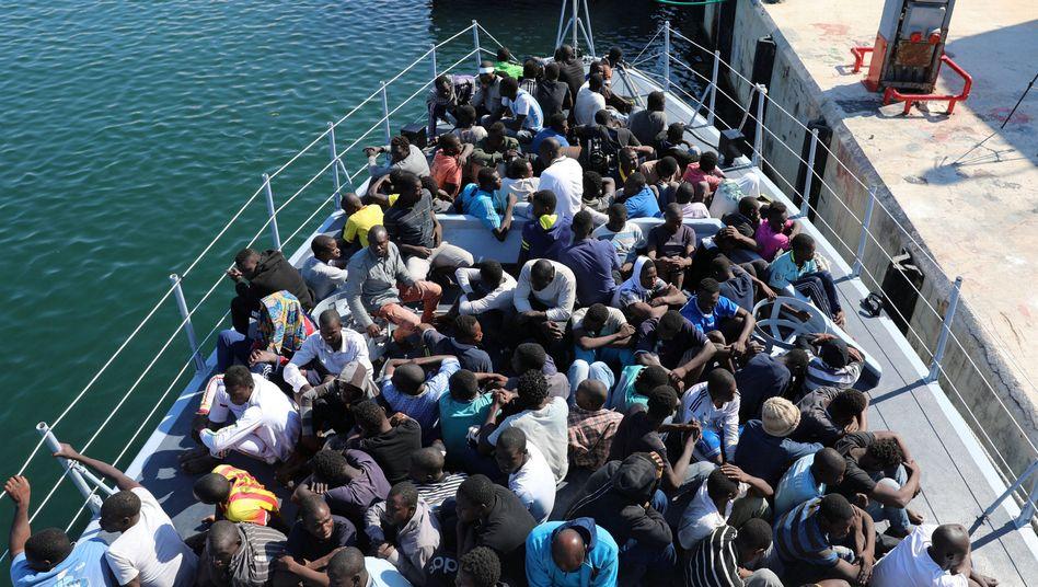 Flüchtlinge warten an der libyschen Küste im Oktober 2017