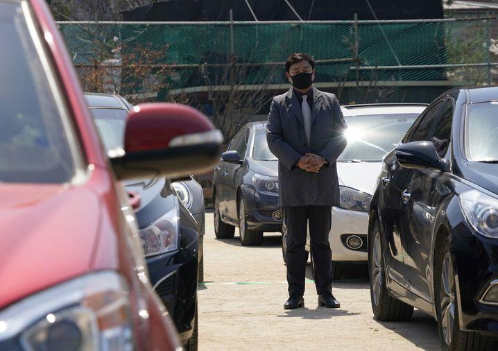 Um das Verbot in Kirchen zu umgehen, halten Gemeinden in Seoul nun Auto-Gottesdienste ab