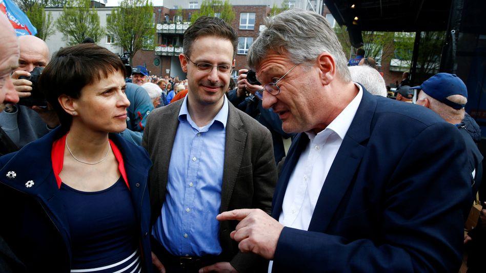 Damalige AfD-Parteifreunde Frauke Petry mit Ehemann Marcus Pretzell und Jörg Meuthen (im April 2017): Auseinandersetzung verlagert