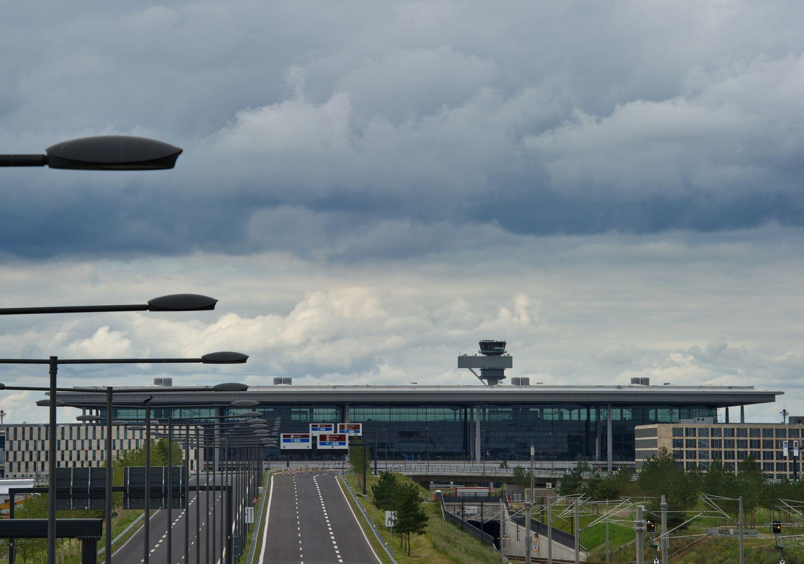 Berlin Brandenburg Flughafen / Dunkle Wolken