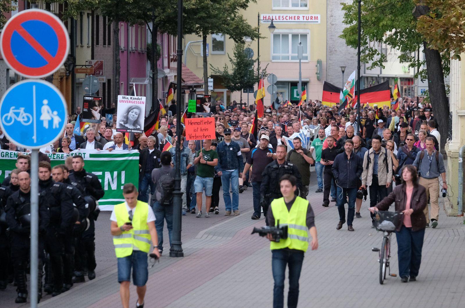 """Demonstration """"Zukunft Heimat"""" und Gegenaktionen"""