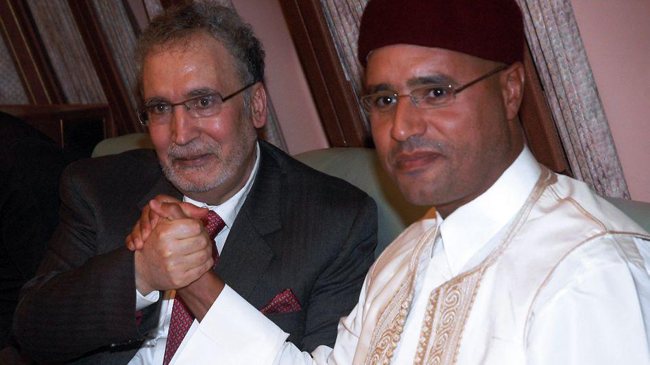 Der Verurteilte Mikrahi (l.) nach seiner Freilassung mit Gaddafis Sohn Muhammad