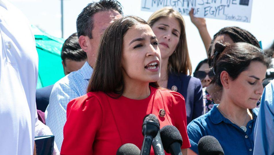Alexandria Ocasio-Cortez, demokratische Abgeordnete des Repräsentantenhauses, auf ihrer Reise zu den Haftzentren