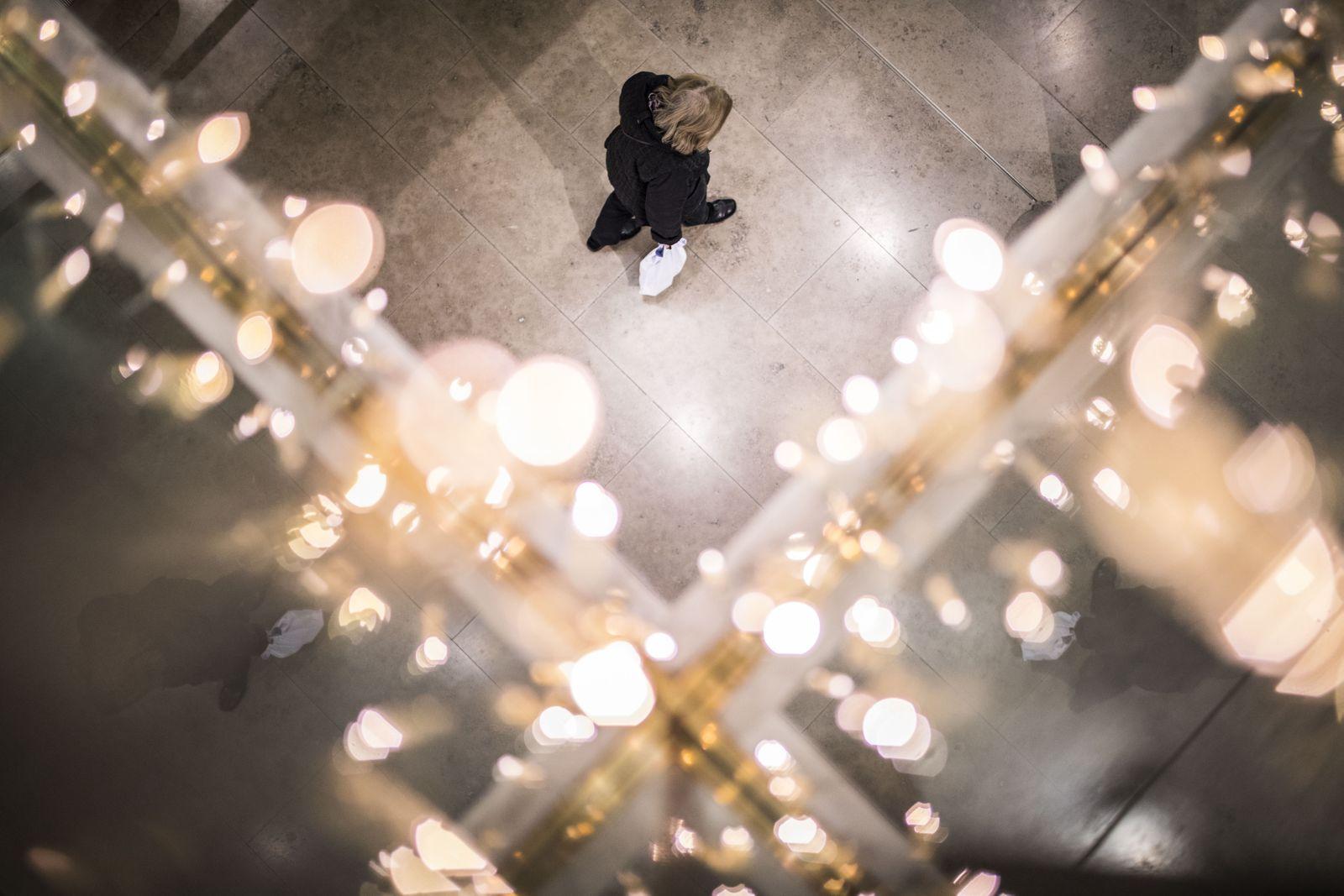Eine Frau laeuft durch eine geschmueckte Malll in Berlin, 17.12.2019. Berlin Deutschland *** A Woman Running Through a D