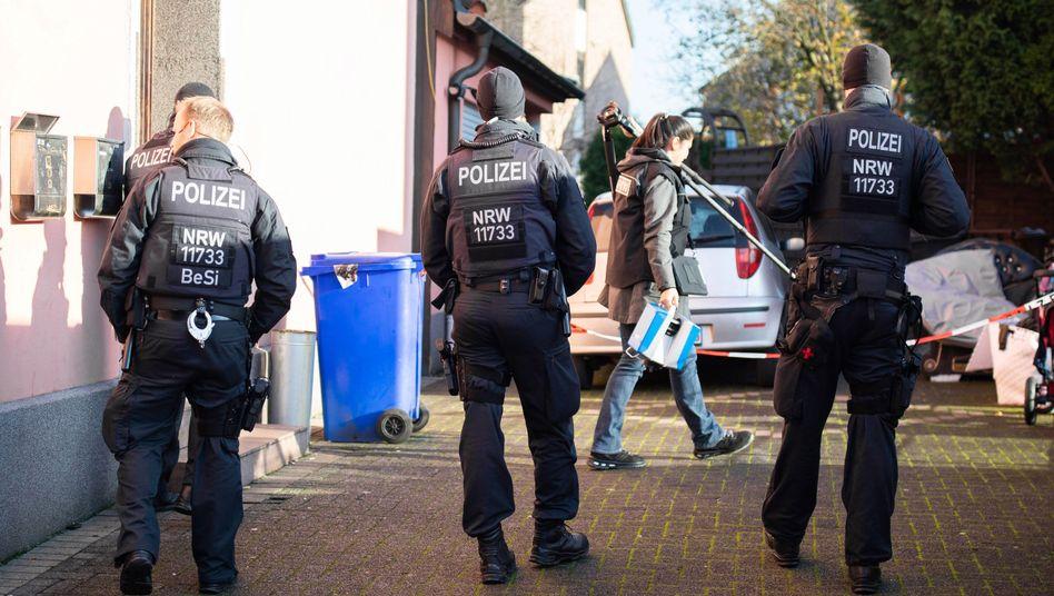 Gladbeck: Polizisten sichern den Hof eines Mehrfamilienhauses