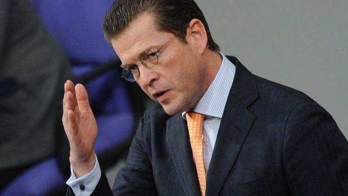 Guttenberg unter Druck: Feldpost, Schießunfall, Meuterei