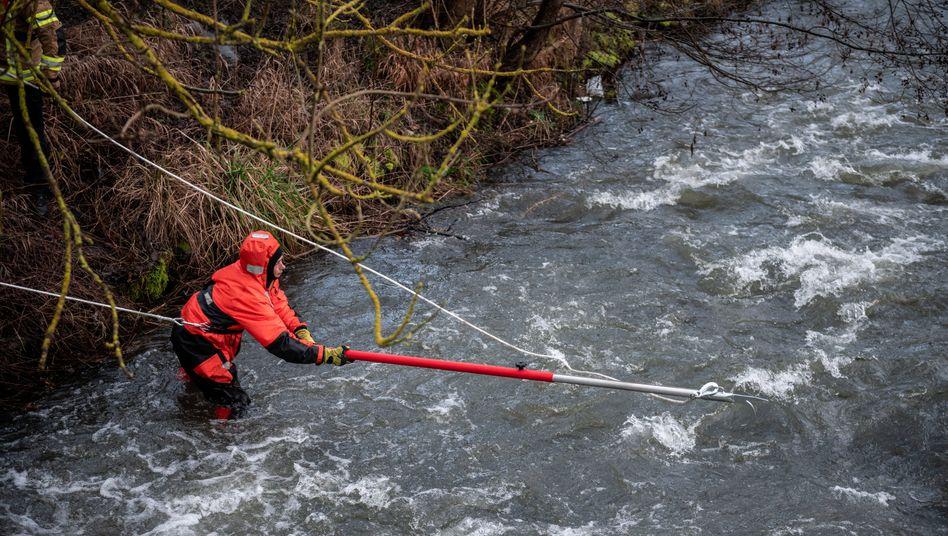 Feuerwehrleute bei der Suche nach der mittlerweile verstorbenen Zehnjährigen aus Menden im Sauerland