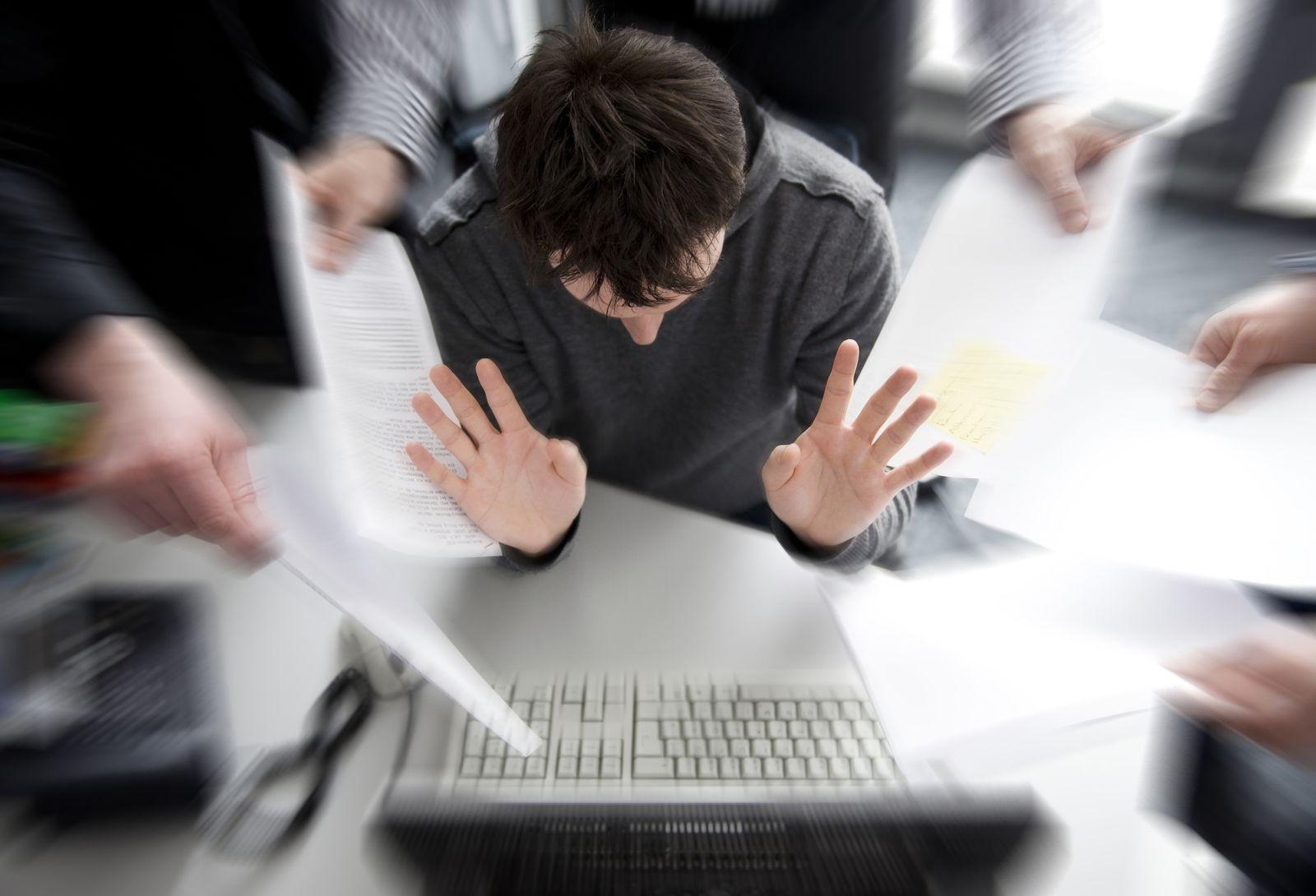 KaSP Versicherungen Stress Hände Abwehr SYMBOLBILD