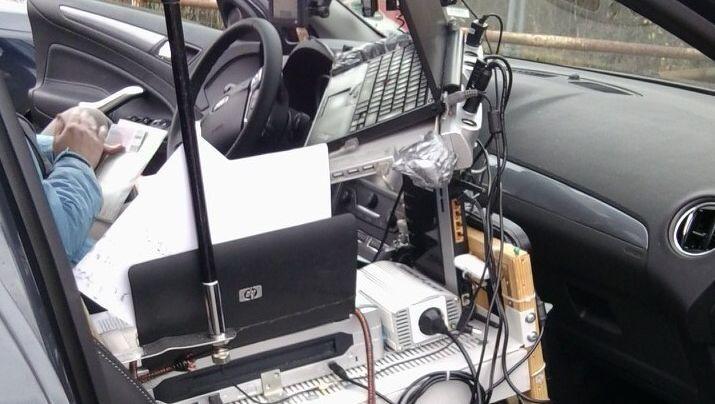 Multitasking: Bei Friedrichsthal hat die Polizei einen Mann mit Büro im Auto gestoppt