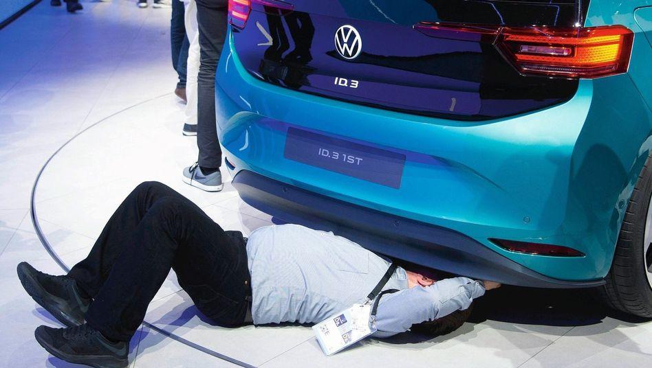 Elektro-VW, Messebesucher in Frankfurt: Die Kunden bleiben skeptisch