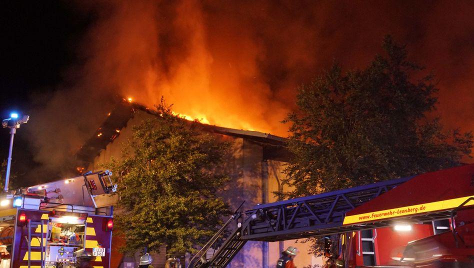 Großbrand nahe Leonberg: Feuerwehrleute vor der Biogasanlage