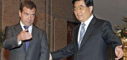 Medwedew (l.), Chinas Staatschef Hu: Asiaten lassen Moskau im Stich