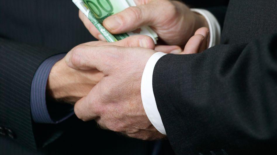 Übergabe von Bargeld: So offensichtlich findet Korruption nur selten statt