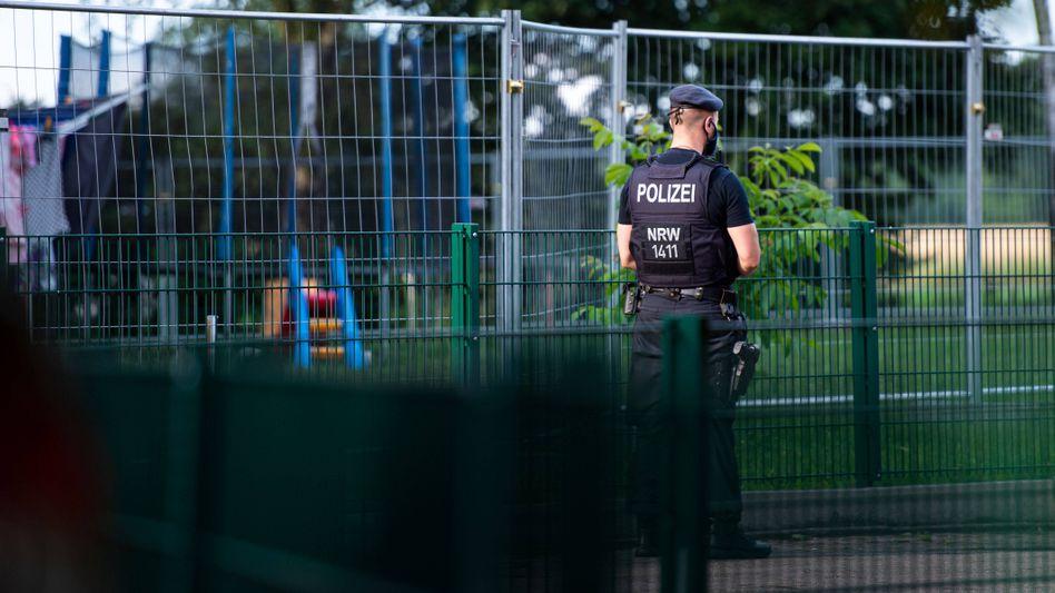 Die Polizei überwacht die Quarantäne einer Wohnsiedlung in Gütersloh