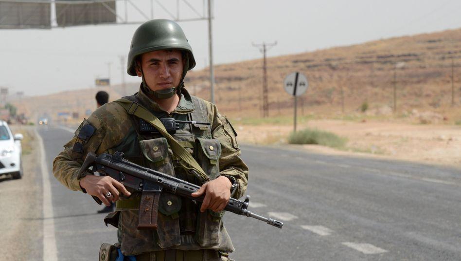 Soldat außerhalb von Cizre: Die türkische Armee riegelt die Stadt ab