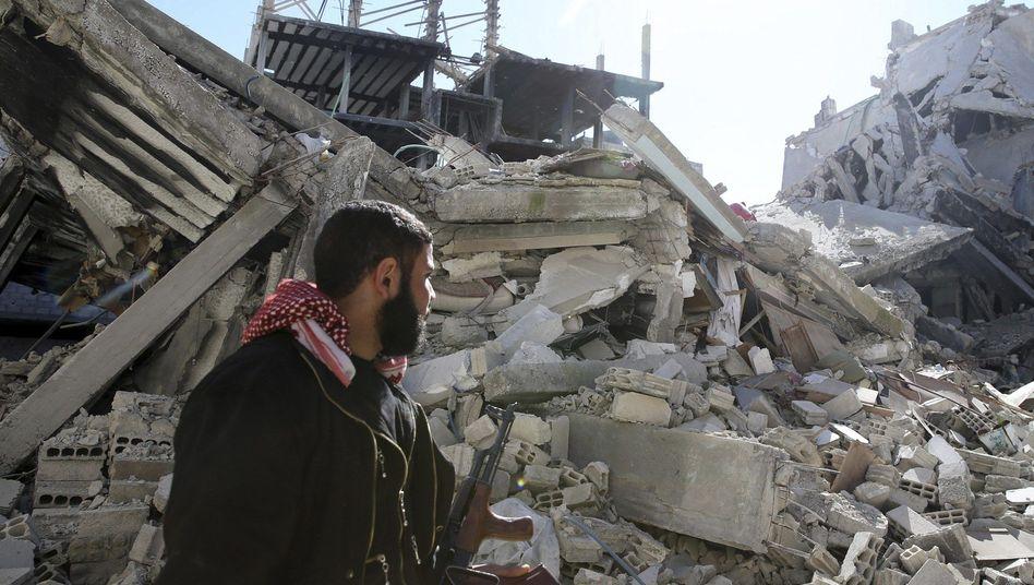 Rebellenkämpfer in zerstörtem Stadtteil von Damaskus: Opferzahl auf 70.000 gestiegen